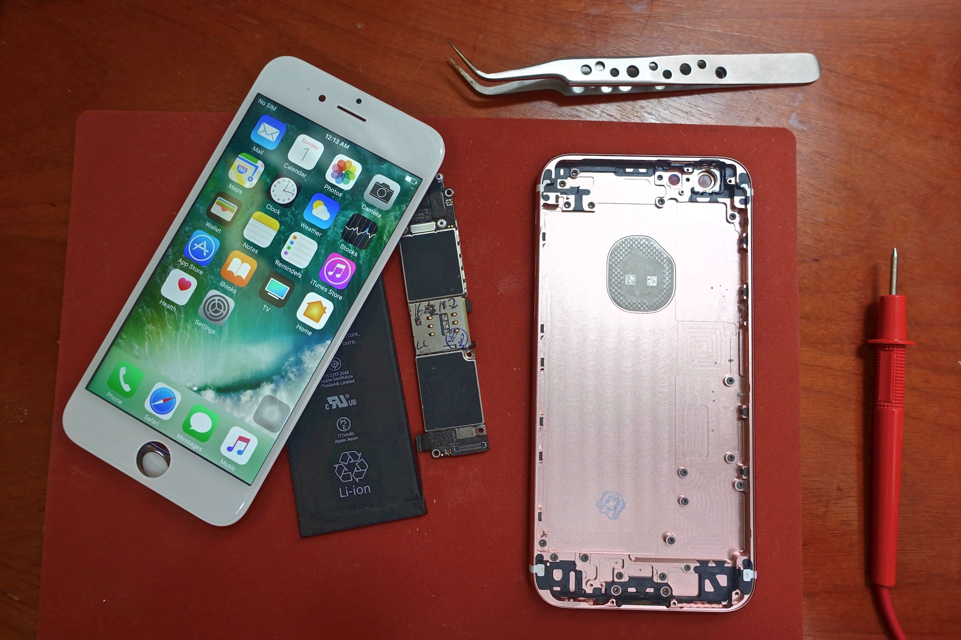 Guy Builds Diy Iphone 6s For Under Half The Cost Of A Replacement 4 Diagram Logic Board Fundamental Parts To Create An Apple Screen Casing Battery And